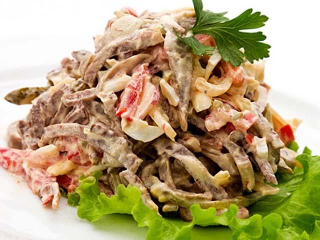 Вкусный салат с кальмарами и огурцом