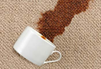 кофе разлитое на обивке дивана