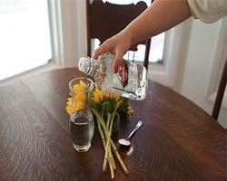 Ваза с водой и цветы на столе