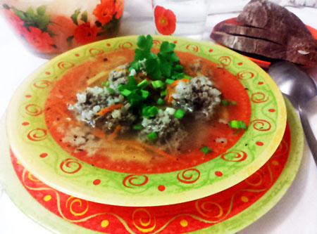 Рисовый суп с фрикадельками в тарелке