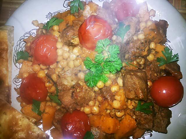 tykva-tychenaya-s-myasom-pomidorami-i-goroxom