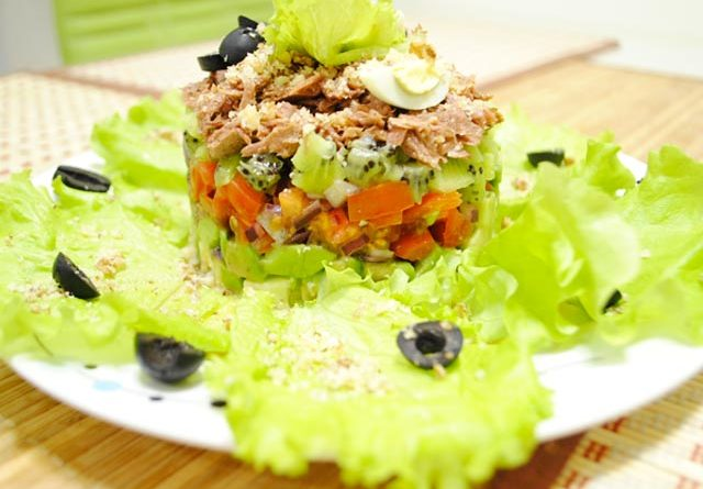 salat-s-avokado-i-tuncom