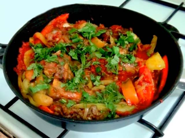 Курица жареная с овощами на сковороде