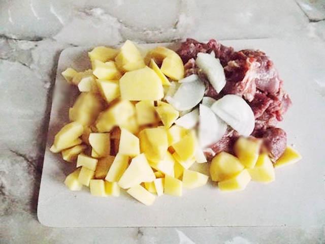 Картошка с мясом в духовке на противне: 7 простых рецептов