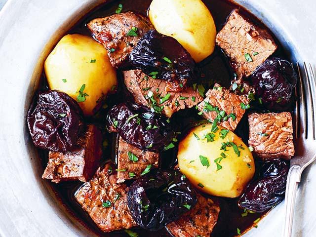 Мясо с черносливом — 7 рецептов приготовления в духовке и на сковороде