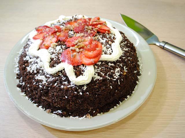 Шоколадный торт с клубникой и сливками в домашних условиях