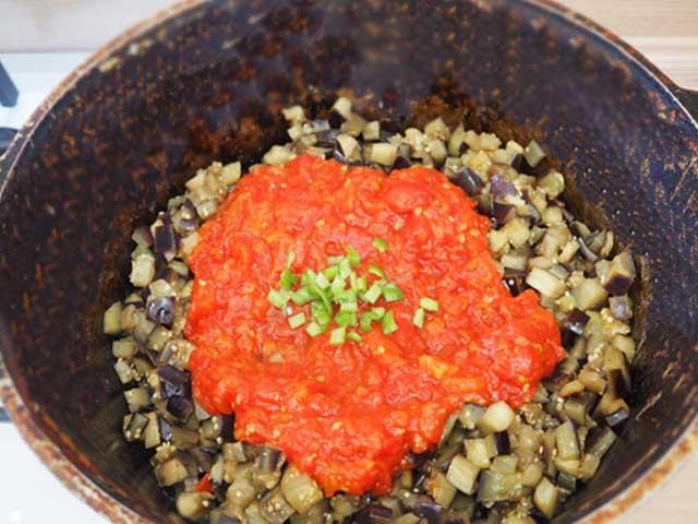 baklajany-kusochkami-tomat-v-kazane