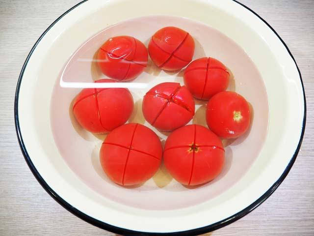pomidory-v-miske-s-vodoy