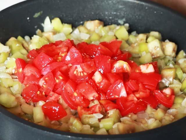 porezannye-tomaty-v-skovorode