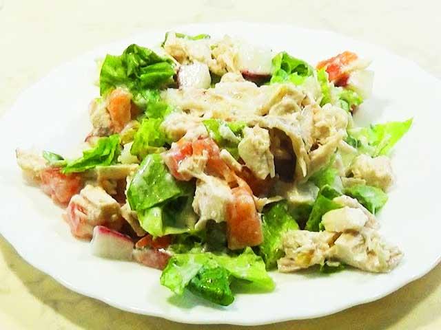 salat-s-redisom-i-kurinoy-grudkoy-v-tarelke