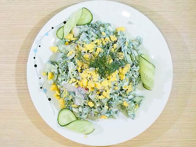 salat-s-redisom-so-smetanoy-v-tarelke