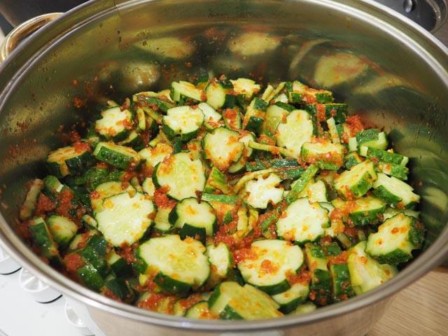 ogyrcy-kysochkami-v-kastryle-v-tomate