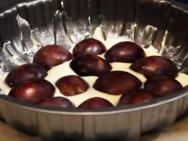 Шарлотка со сливами — простые пошаговые рецепты в домашних условиях