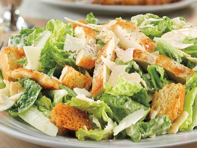 Салат цезарь с копченостей