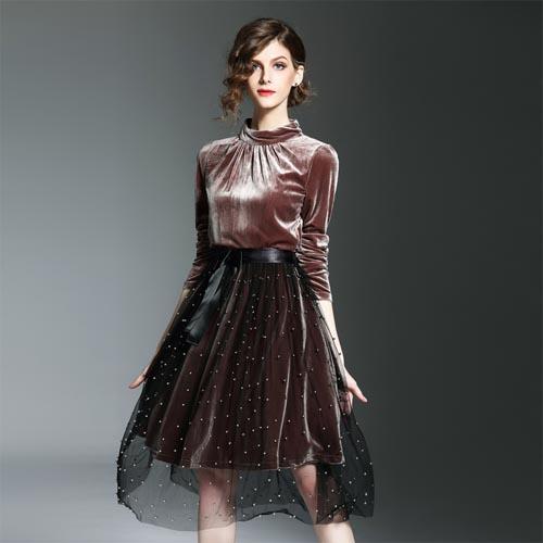 c06f34dc5503737 Кстати, совсем не обязательно выбирать наряд как платье. Это может быть и  юбка с блузкой, или же брючный костюм.