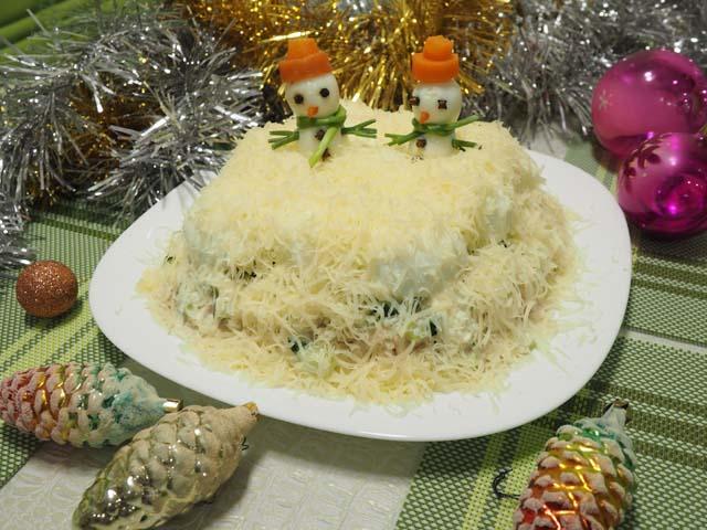 Салат Сугробы со снеговиками на новогоднем столе