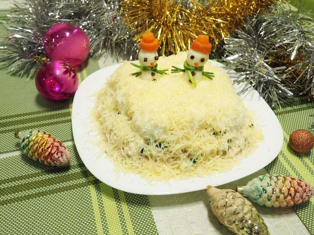 Салат Сугробы со снеговиками на тарелке