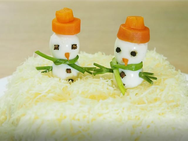 Два снеговика в шапочках на салате Сугробы