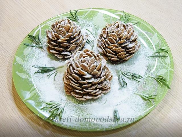 Десерт в виде шишек на тарелке присыпанной сахарной пудрой