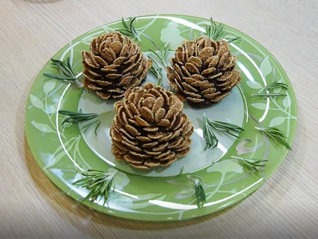 Десерт в виде шишек на тарелке с веточками розмарина