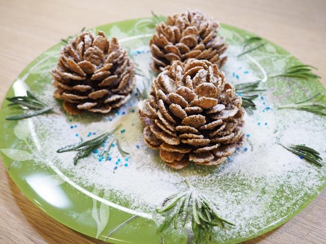 Десерт в виде шишек на праздничной украшенной тарелке