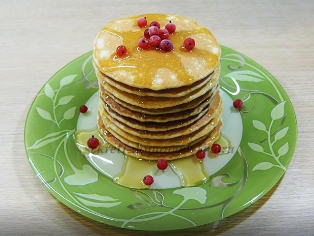 Панкейки на молоке с медом и ягодами