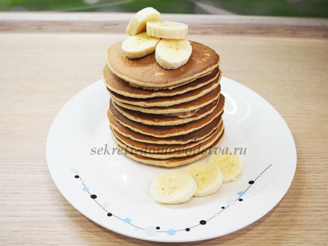 Панкейки на тарелке с кусочками бананов