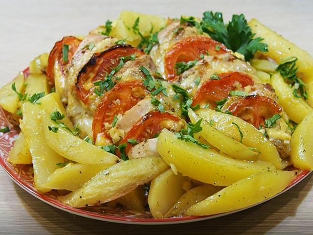 Курица с помидорами и сыром, запеченная с картошкой