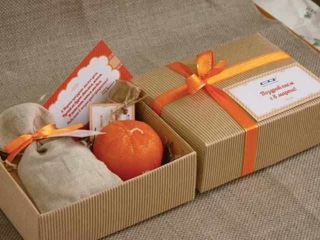 512fb88c3ab77 Если это для вас слишком «дешево», к свечке можно привязать плитку шоколада  красивой лентой. Также подарок можно дополнить аромалампой, эфирными  маслами или ...