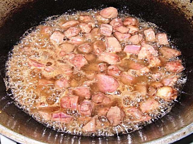 Как пожарить говяжью печень на сковороде мягкой и сочной - 7 рецептов