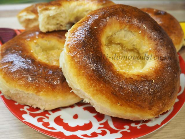 Узбекские лепешки на блюде