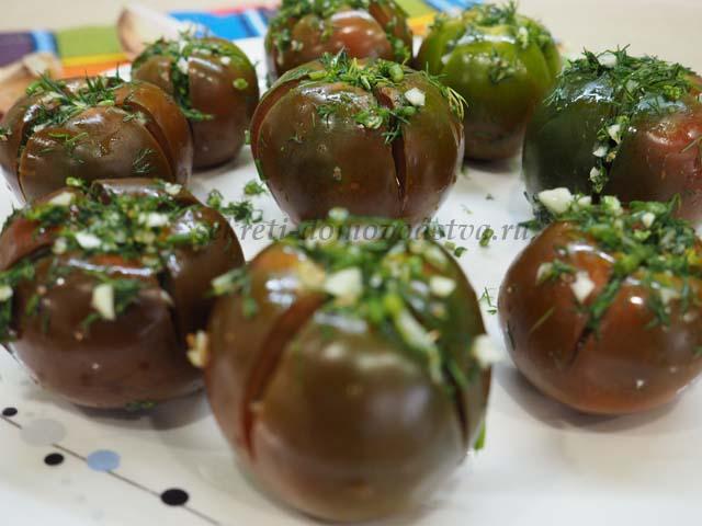 Малосольные помидоры с зеленью и чесноком в пакете