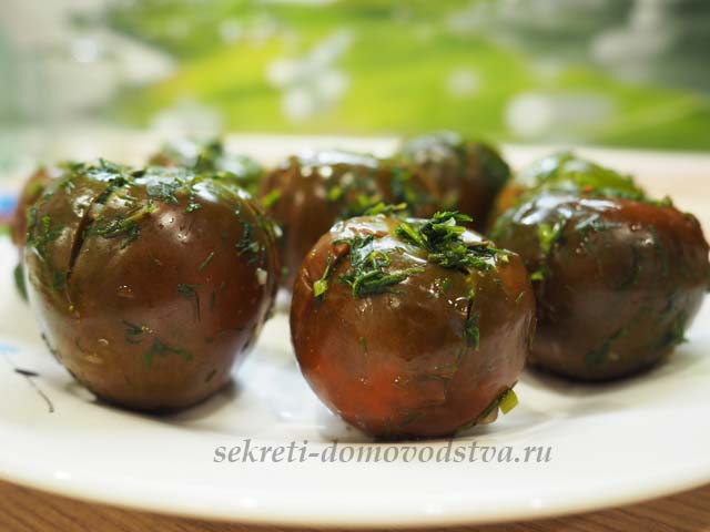 Малосольные помидоры в пакете с зеленью и чесноком