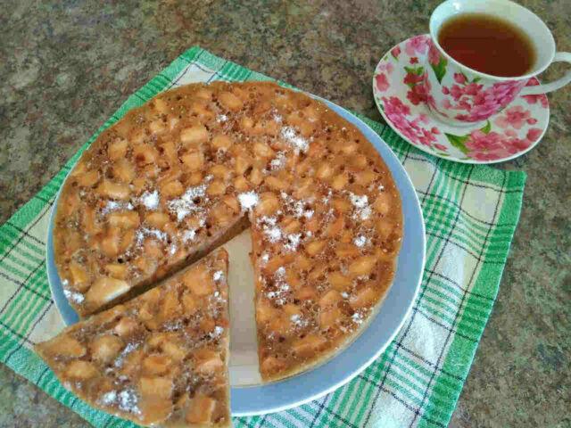 Шарлотка с яблоками на сковороде без духовки