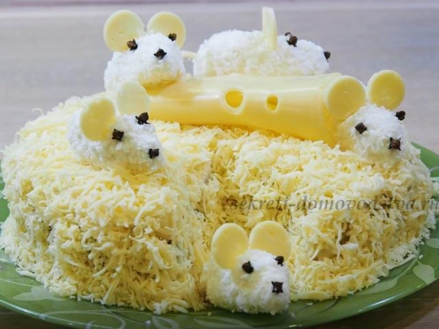"""Салат """"Мышки в сыре"""" — рецепт с ананасами и курицей"""