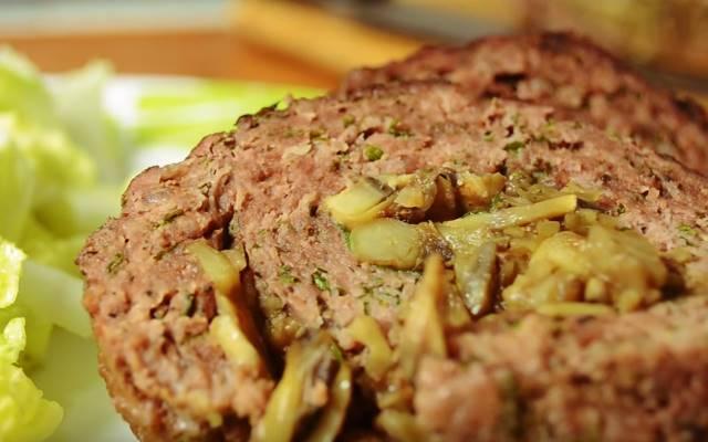 Мясной рулет из фарша с начинкой — 7 рецептов в духовке